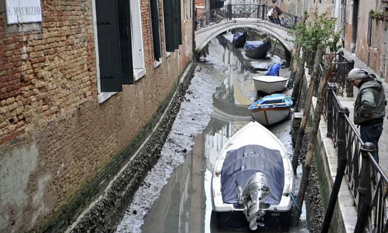 Desde los canales de Venecia sale el agua.