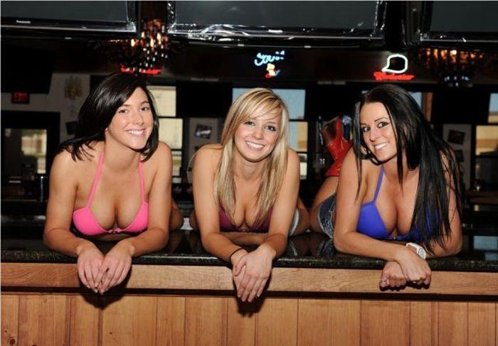 красивые девушки топлес в баре фото