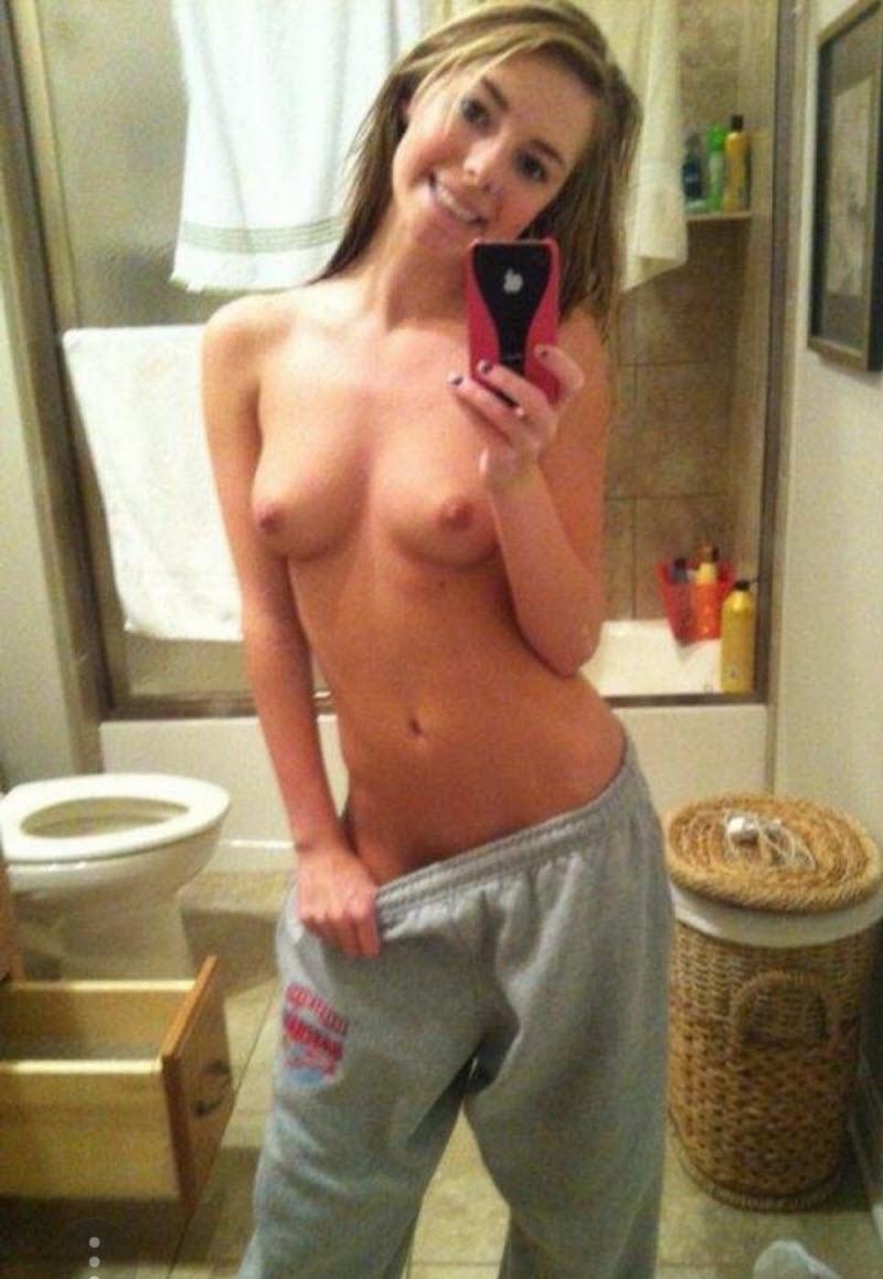 teenage-girl-sexting-toppless