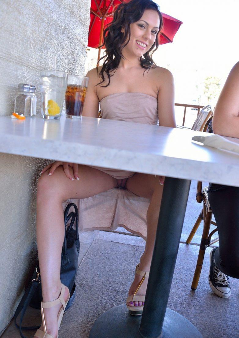 sidit-za-stolom-bez-trusov