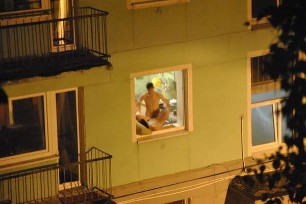 застукали голой у окна фото