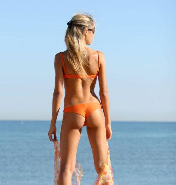 девушки в с стрингах на пляже-бо2