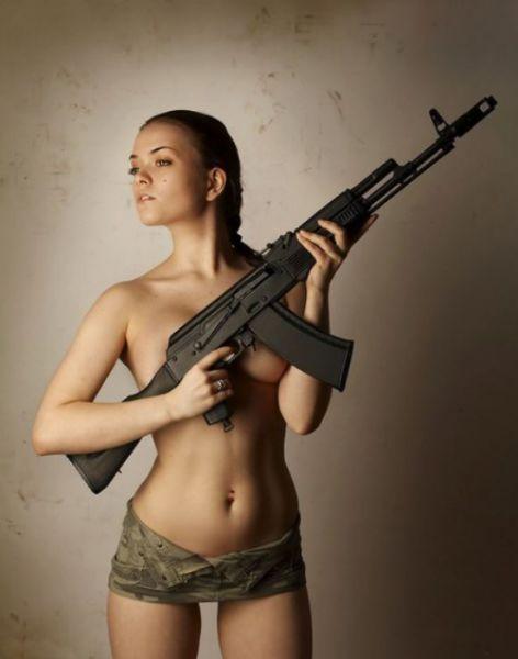 Девушки с оружием картинки голые