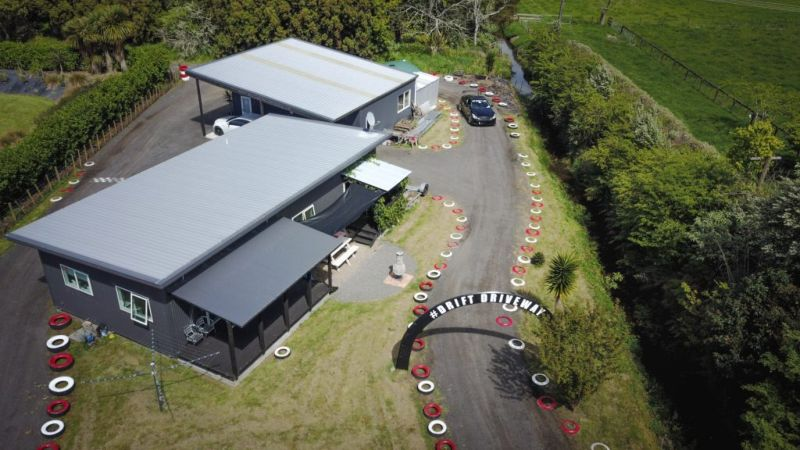 The mechanic turned his garden into a racing track, spending 10.5 thousand dollars