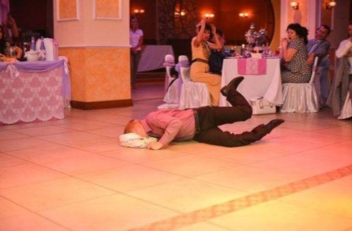 Уронить торт на свадьбе примета