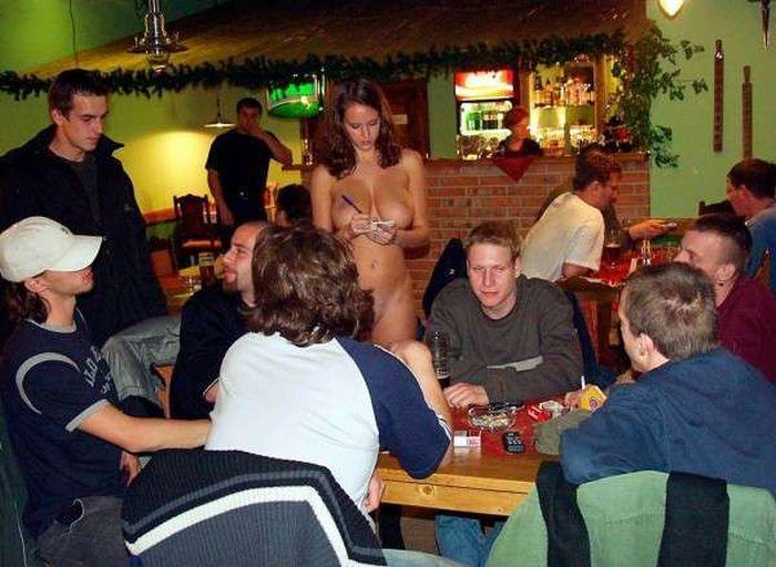 голые девки в ресторане фото