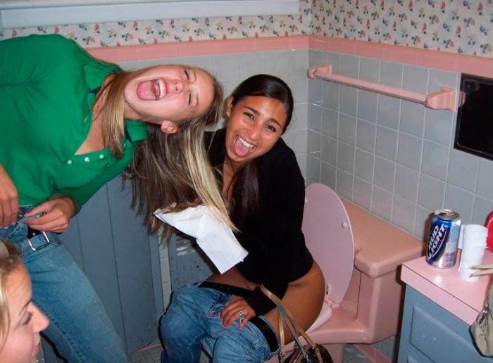 взялась душ, что вытворяют девушки в туалете фото видео онлайн обладательницы