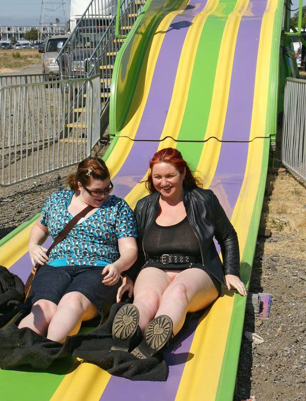 Без трусов под юбкой на улице новые фото, пиздатые лесбиянки сисястые