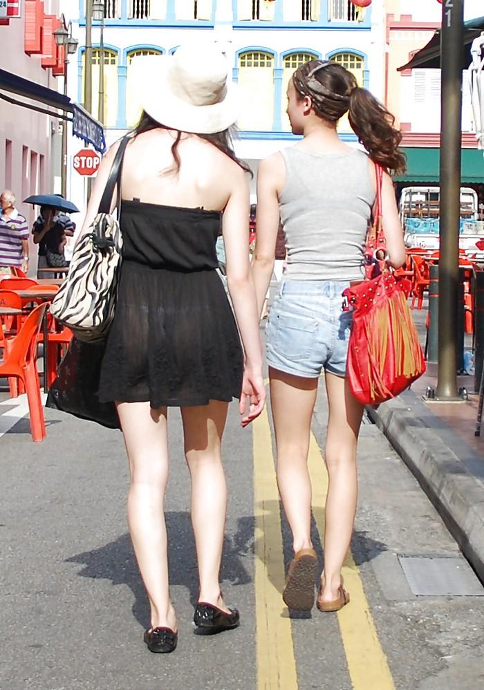 В прозрачной юбке на улице