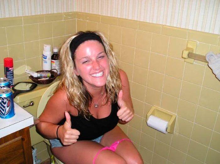 Смотреть телочка удачно зашла в туалет
