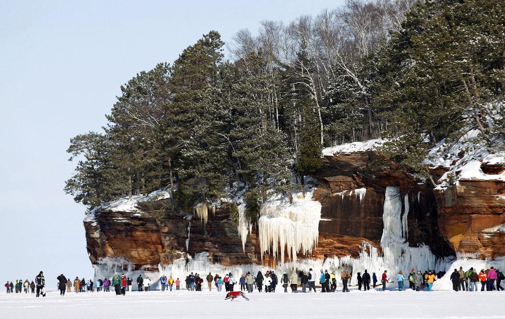 Camine a lo largo del lago superior a las cuevas de hielo