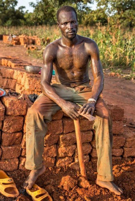 Работники кирпичного карьера в африканской деревне