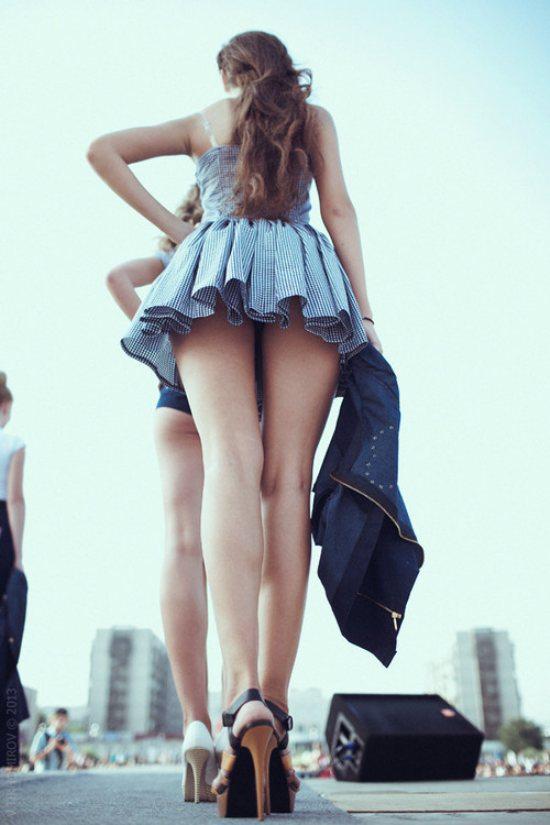 фото задранные платья сзади топтаться месте