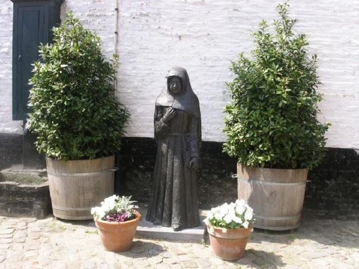 """Beginki"": women disguised as nuns"