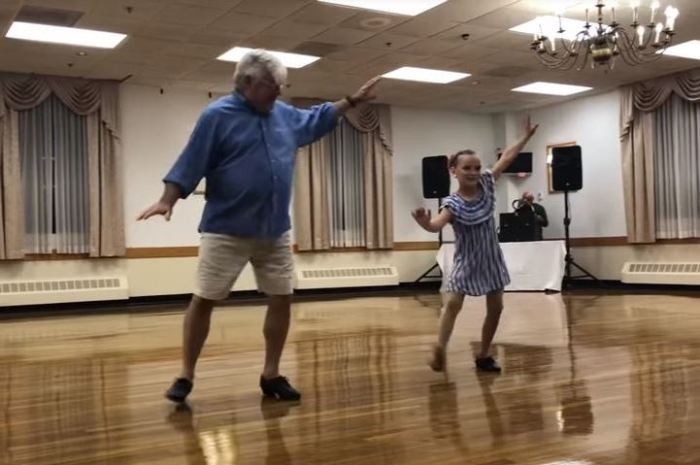 Внучка и дедушка танцуют чечетку