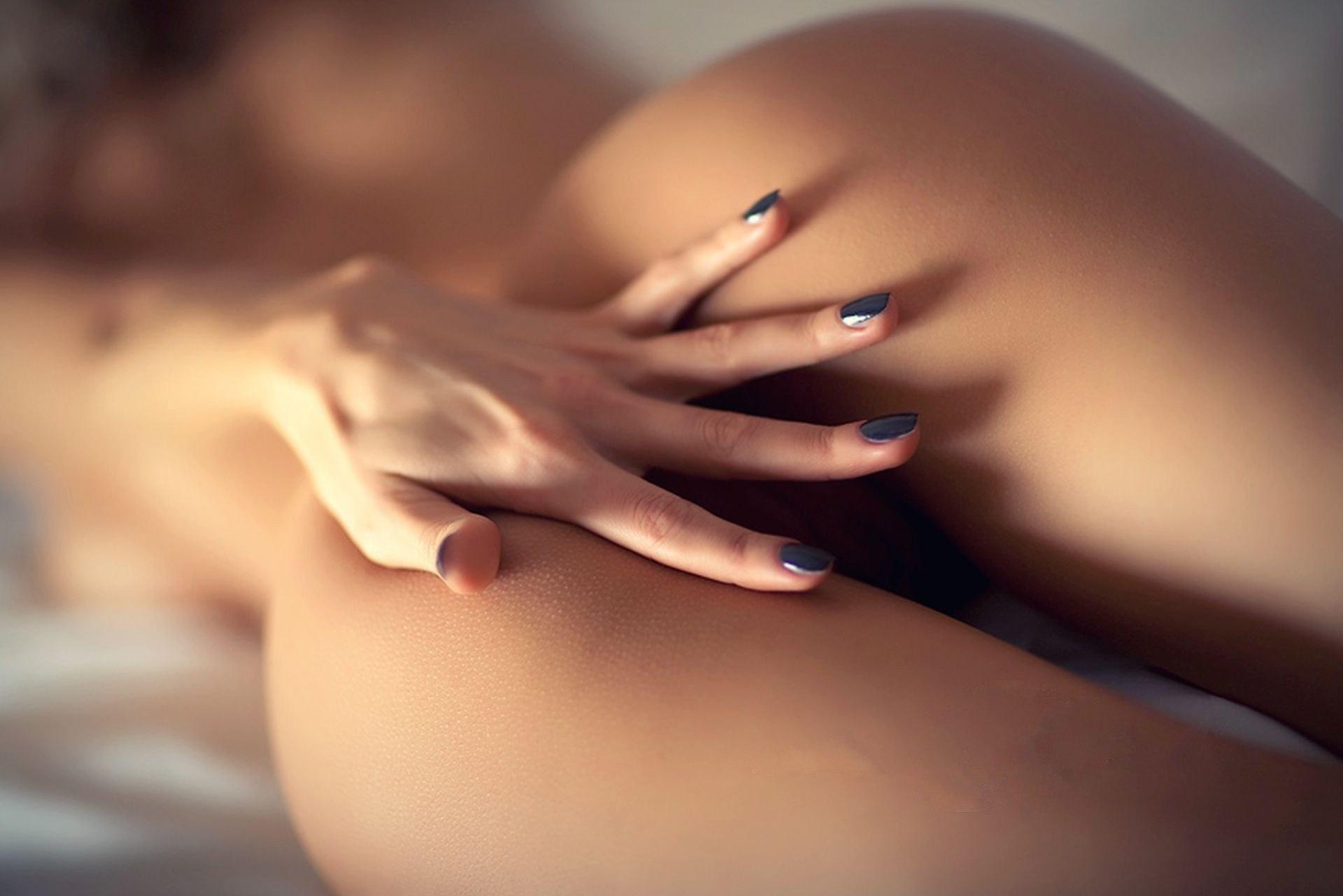 Обнаженные Ее Руки Красиво Лежали