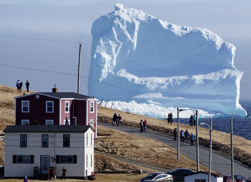 Un enorme iceberg en Canadá atrajo a muchos turistas.