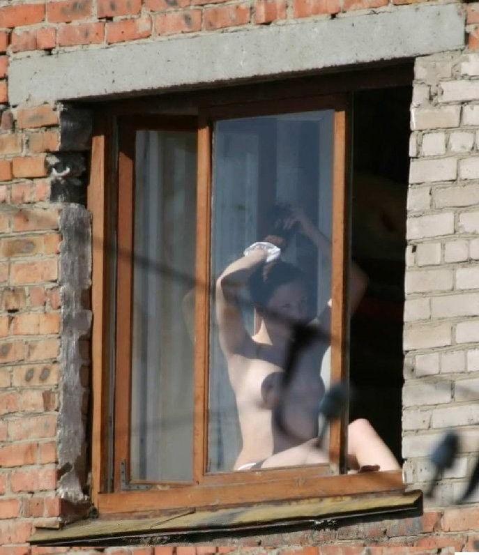 Чел подсмотрел за соседкой, раздели русскую девушку