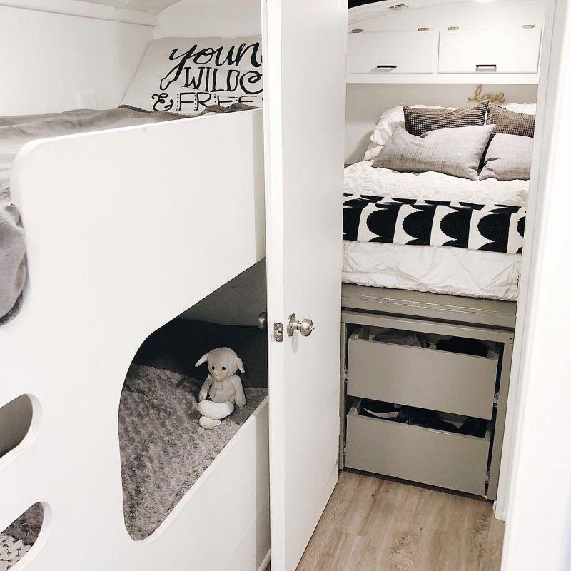 Родители превратили школьный автобус в дом на колесах, чтобы путешествовать со своими четырьмя детьми