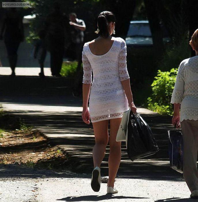 женщины в прозрачной одежде на улицах города и парков каком